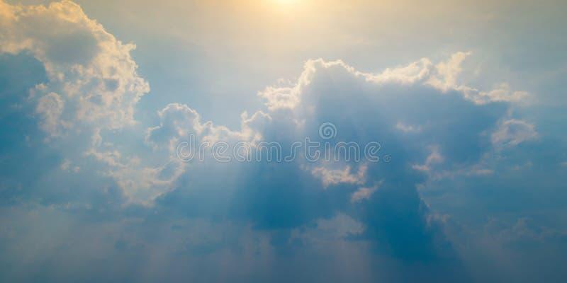 Cielo blu con la nuvola e l'illuminazione fotografia stock
