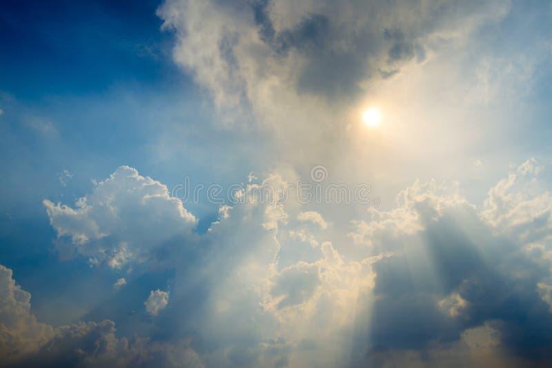 Cielo blu con la nuvola e l'illuminazione immagini stock libere da diritti