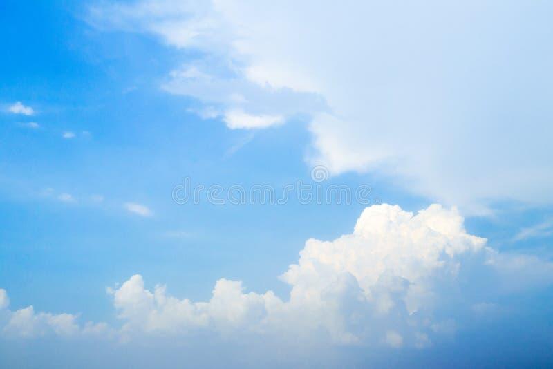 Cielo blu con la nuvola e l'illuminazione immagini stock