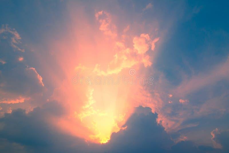 Cielo blu con la nuvola e l'illuminazione immagine stock