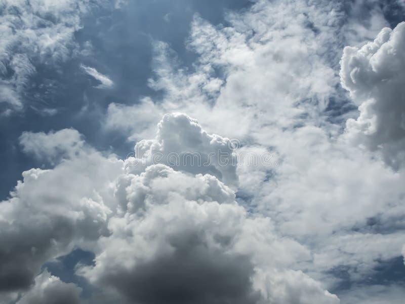 Cielo blu con la nuvola nel giorno soleggiato fotografie stock libere da diritti