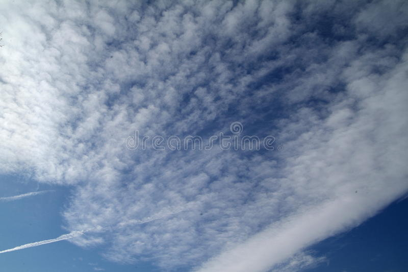 Download Cielo blu con le nubi immagine stock. Immagine di bello - 80702169