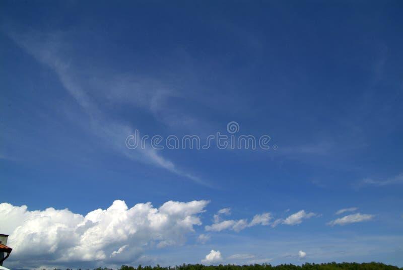 Download Cielo blu con le nubi immagine stock. Immagine di nuvoloso - 80702353