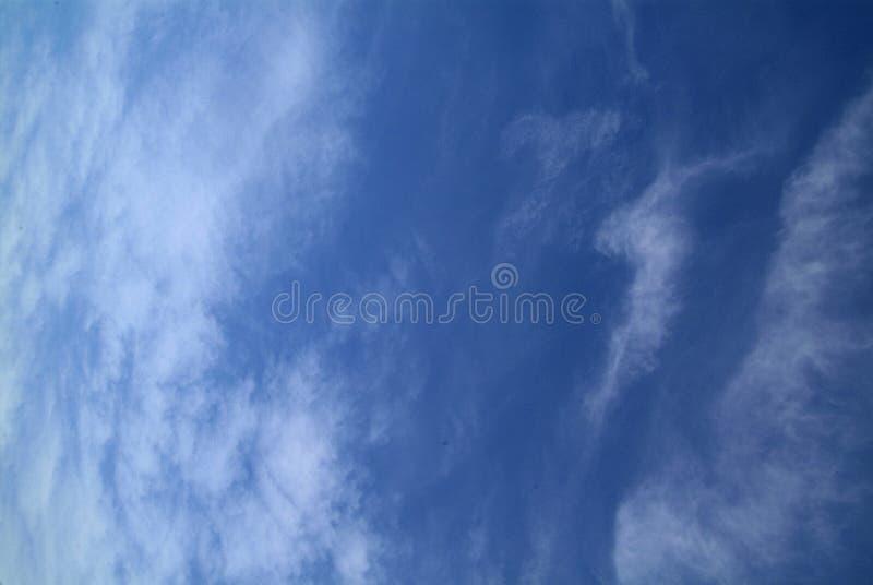 Download Cielo Blu Con Le Nubi Fotografia Stock - Immagine: 80703228