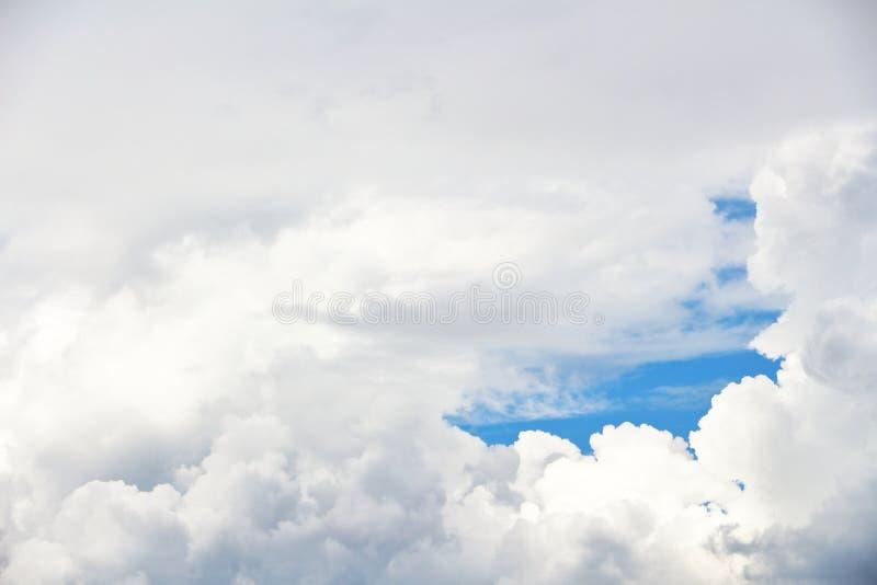 Cielo blu con le nubi bianche immagine stock