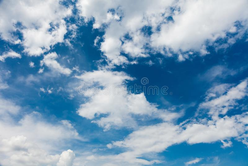 Cielo blu con le nubi bianche Cieli leggeri Fondo di orizzonte di estate fotografia stock