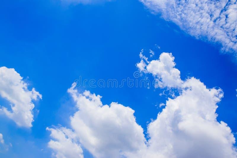 Cielo blu con le nuvole bianche 180930 1 fotografia stock libera da diritti