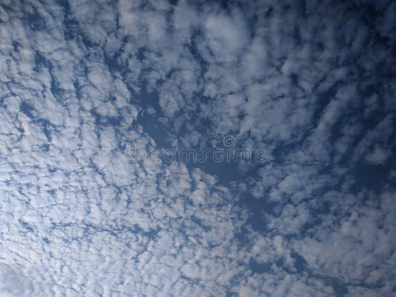 cielo blu con le nuvole bianche astratte fotografia stock libera da diritti
