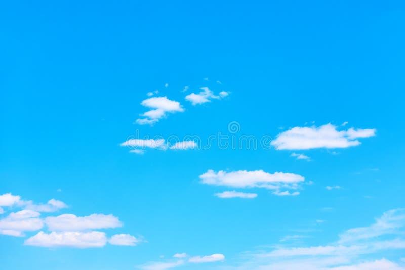 Cielo blu con le nuvole bianche leggere fotografia stock libera da diritti