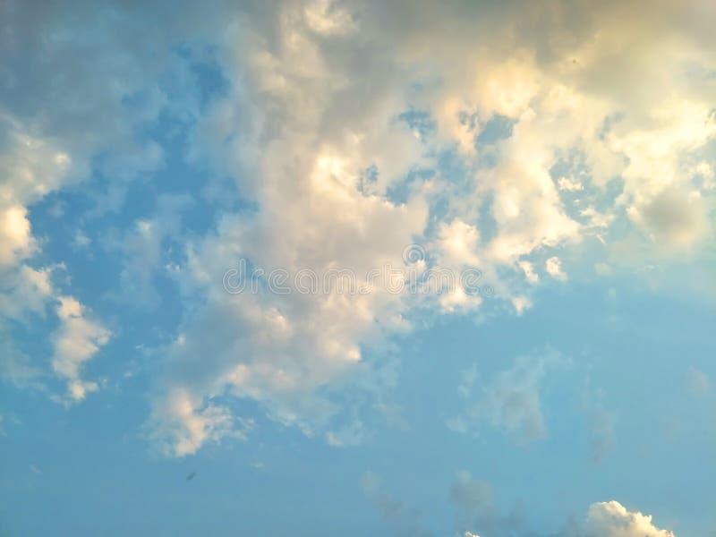 Cielo blu con le nuvole bianche per il fondo della natura o dell'estratto immagine stock libera da diritti