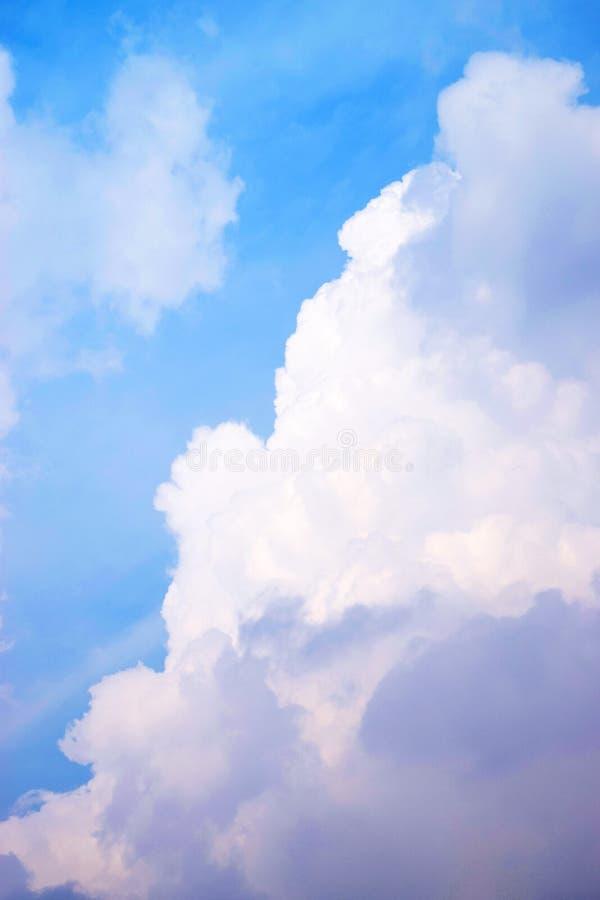Cielo blu con le nuvole 0105 di bianco fotografia stock