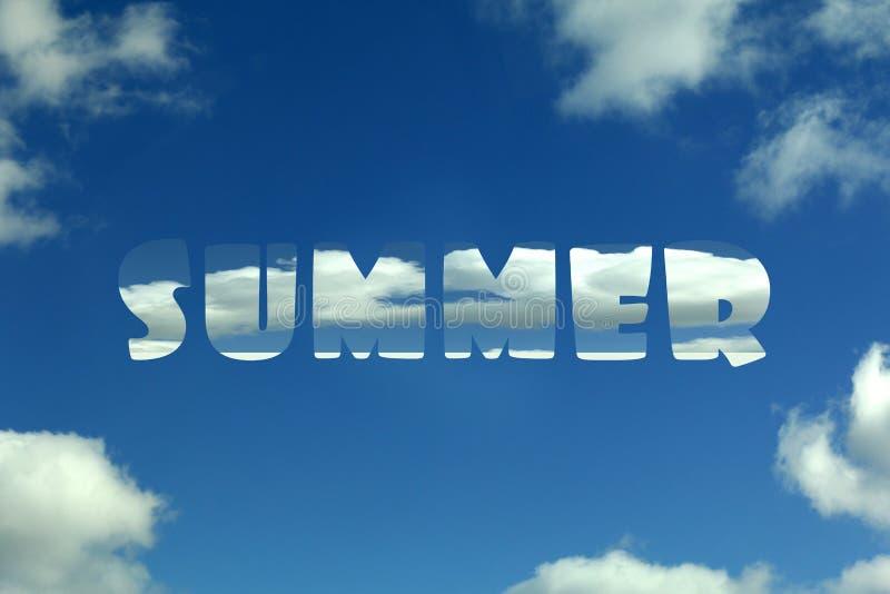 Cielo blu con le nuvole e l'estate dell'iscrizione fotografia stock