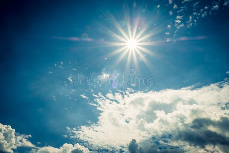 Cielo blu con le nuvole e la riflessione del sole Il Sun splende luminoso di giorno di estate fotografia stock