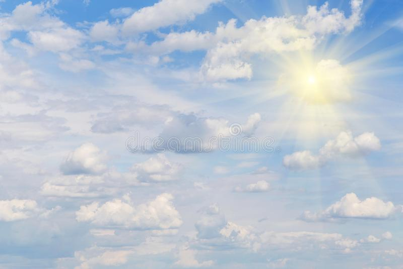 Cielo blu con le nuvole ed il sole, luce solare, raggi del sole fotografia stock