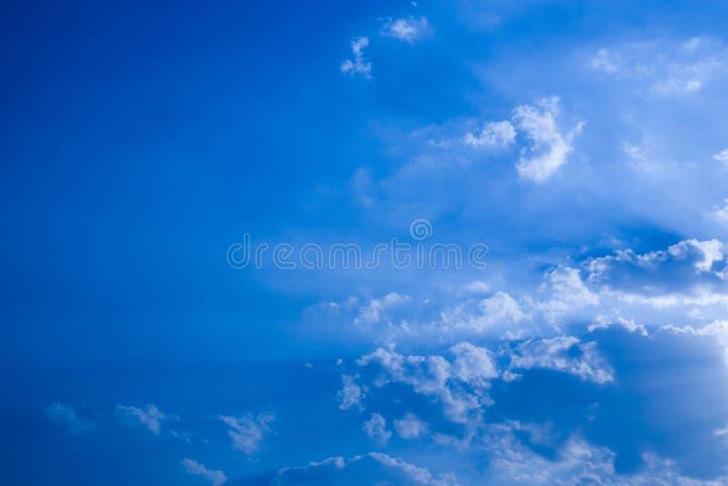 Cielo blu con le nuvole, nuvola bianca lanuginosa su struttura del fondo del tempo del cielo blu della radura dell'aria fotografie stock libere da diritti
