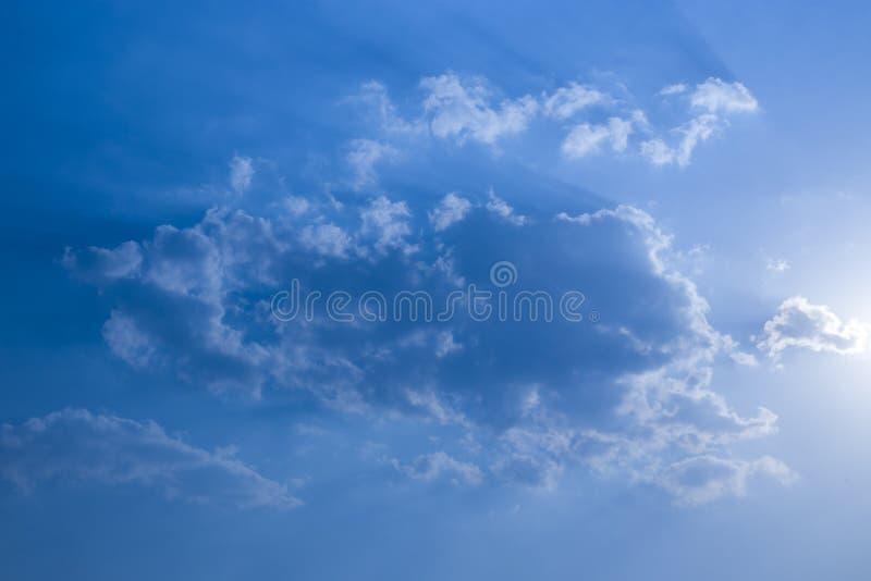 Cielo blu con le nuvole, nuvola bianca lanuginosa su struttura del fondo del tempo del cielo blu della radura dell'aria fotografia stock libera da diritti