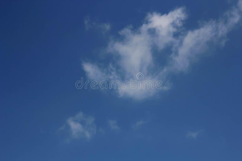 Cielo blu con le nuvole, per gli ambiti di provenienza o le strutture fotografie stock