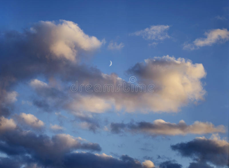 Cielo blu con le nuvole, sera, luna immagine stock