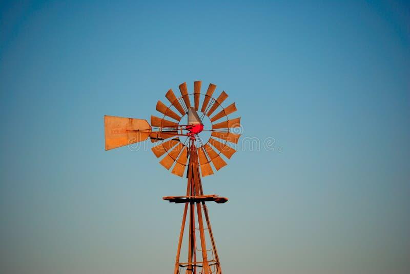 Cielo blu del mulino a vento dell'acqua fotografia stock libera da diritti