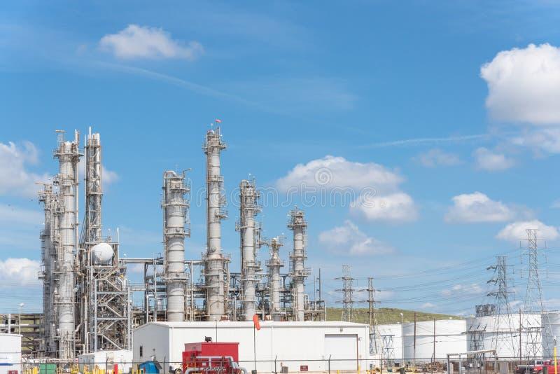 Cielo blu della nuvola dell'ONU della colonna della raffineria di petrolio er a Pasadena, il Texas, U.S.A. fotografia stock