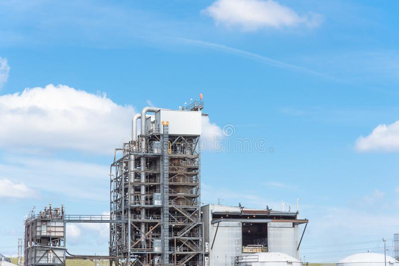 Cielo blu della nuvola dell'ONU della colonna della raffineria di petrolio er a Pasadena, il Texas, U.S.A. fotografia stock libera da diritti