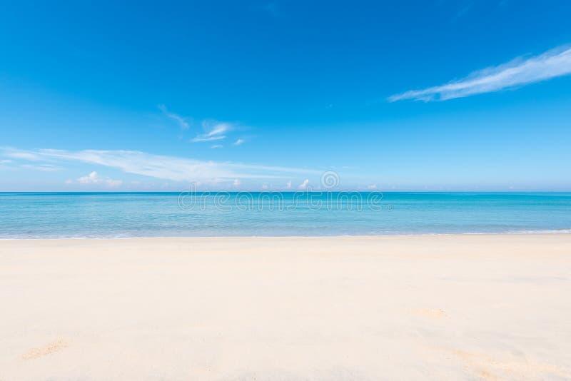 Cielo blu della spiaggia di sabbia immagini stock libere da diritti