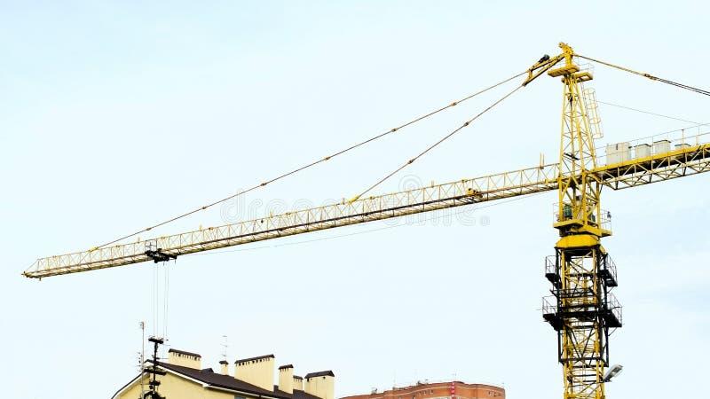 Cielo blu della torre della gru di costruzione fotografia stock libera da diritti