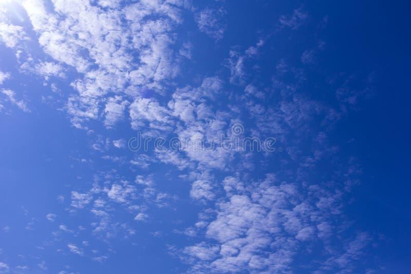Cielo blu di bellezza con il fondo della nuvola fotografia stock