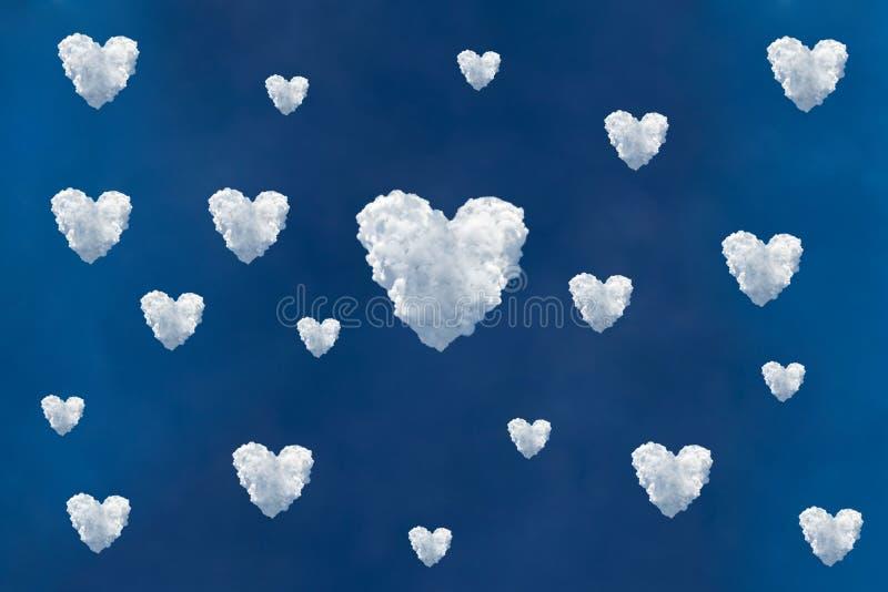 Cielo blu e bellissime nuvole che creano l'amore o il simbolo del cuore immagini stock libere da diritti