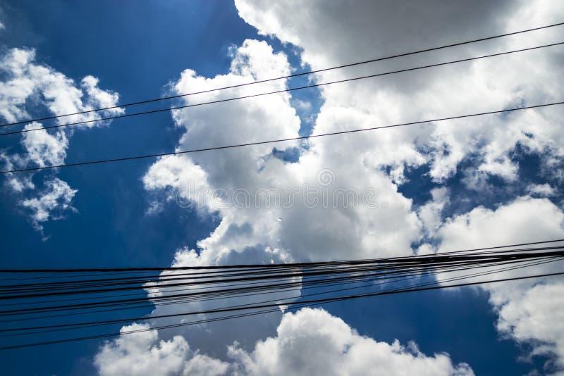 Cielo blu e bellissime nuvole che creano l'amore o il simbolo del cuore fotografia stock