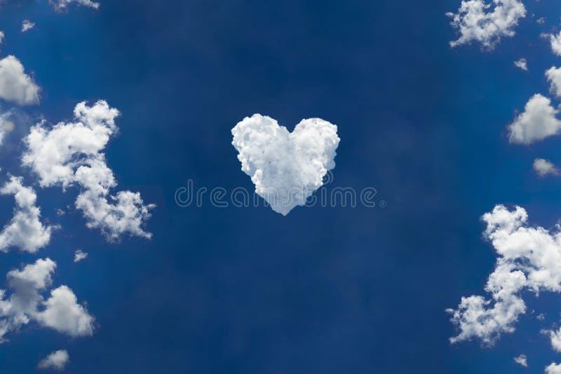 Cielo blu e bellissime nuvole che creano l'amore o il simbolo del cuore immagine stock libera da diritti