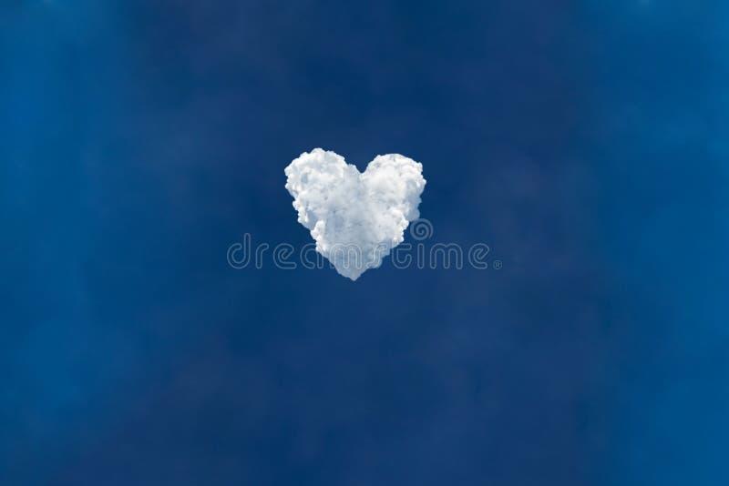 Cielo blu e bellissime nuvole che creano l'amore o il simbolo del cuore fotografie stock