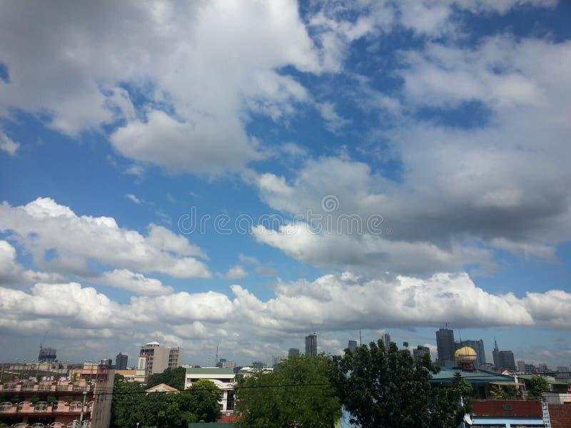 cielo blu e chiare nuvole immagine stock