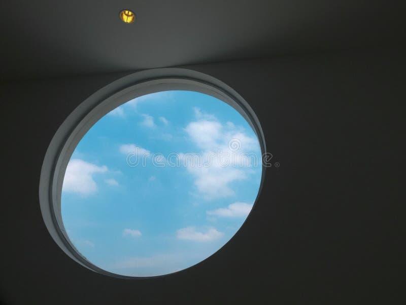 Cielo blu e finestra del cerchio illustrazione di stock