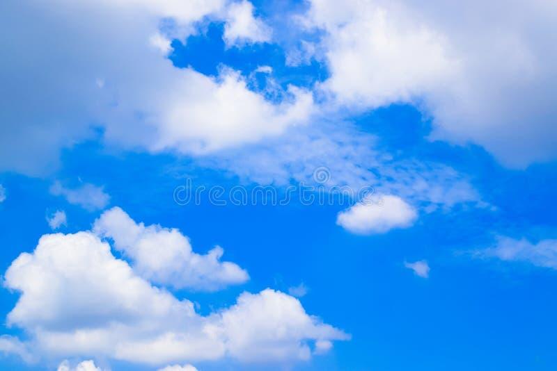 Cielo blu e fondo bianco 1 delle nuvole fotografie stock