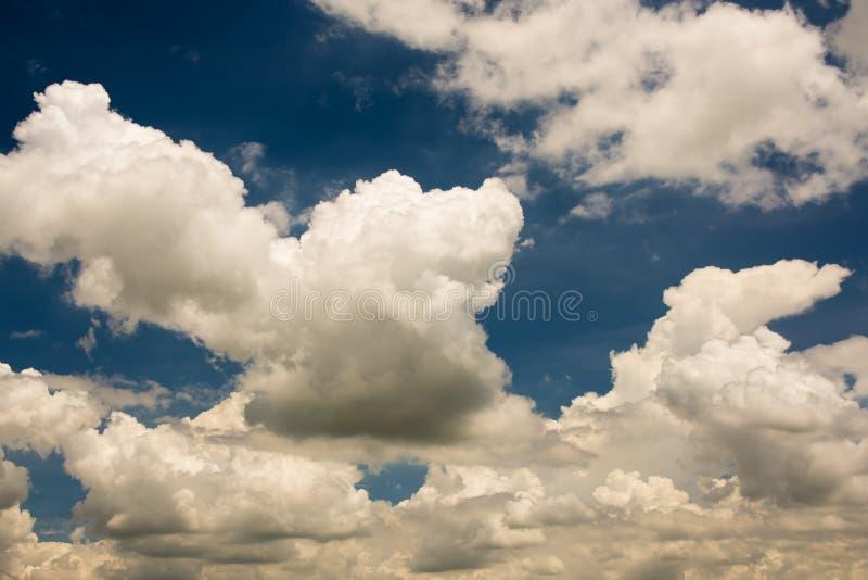 Cielo blu e nubi fotografie stock