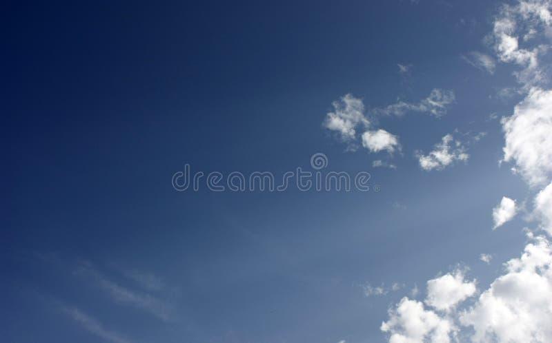 Cielo blu e nubi bianche Freschezza di nuovo giorno Incandescenza blu Sensibilit? di rilassamento come essere nel cielo fotografia stock libera da diritti