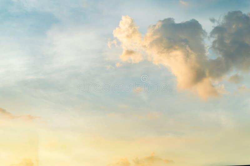 Cielo blu e nuvola ad alba immagine stock