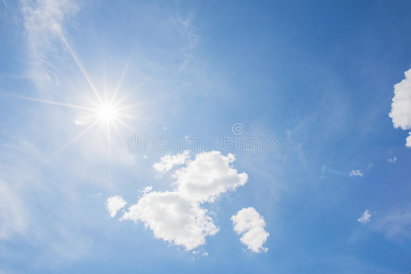 Cielo blu e nuvola con il fondo luminoso del chiarore della stella del sole fotografia stock