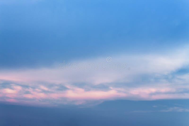 Cielo blu e nuvola vasti: potete essere usato come fondo: fotografie stock