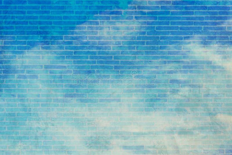 cielo blu e nuvole bianche con il retino f della parete immagine stock