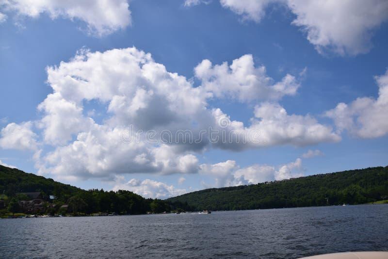Cielo blu e nuvole nel lago fotografia stock libera da diritti