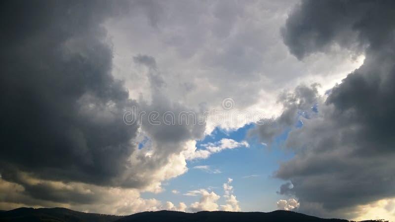 Cielo blu e cielo nuvoloso, nuvola di pioggia nera fotografia stock