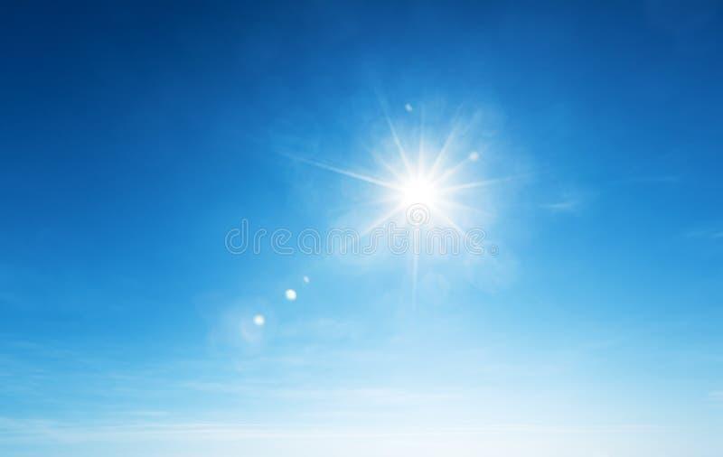 Cielo blu e sole fotografie stock