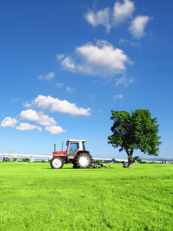 Cielo blu e trattore fotografia stock libera da diritti