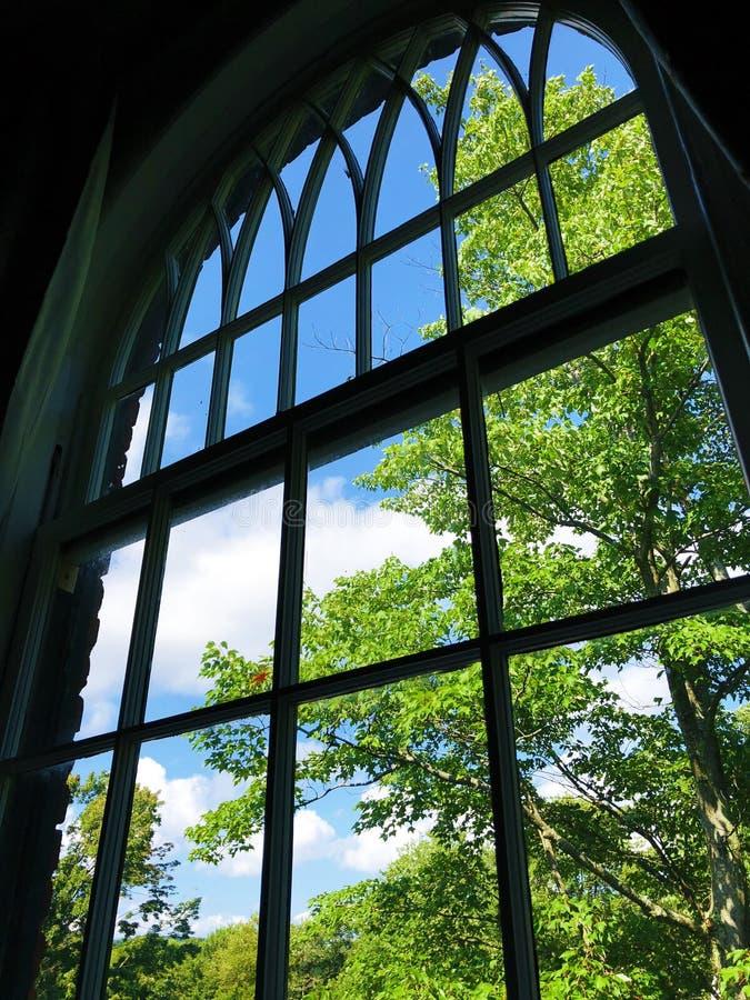 Cielo blu e vista bianca delle nuvole attraverso la finestra immagini stock libere da diritti