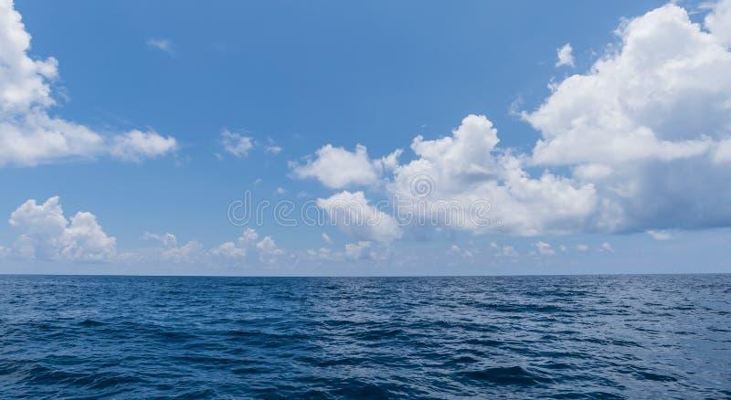 Cielo blu ed acqua perfetti del fondo dell'oceano fotografia stock