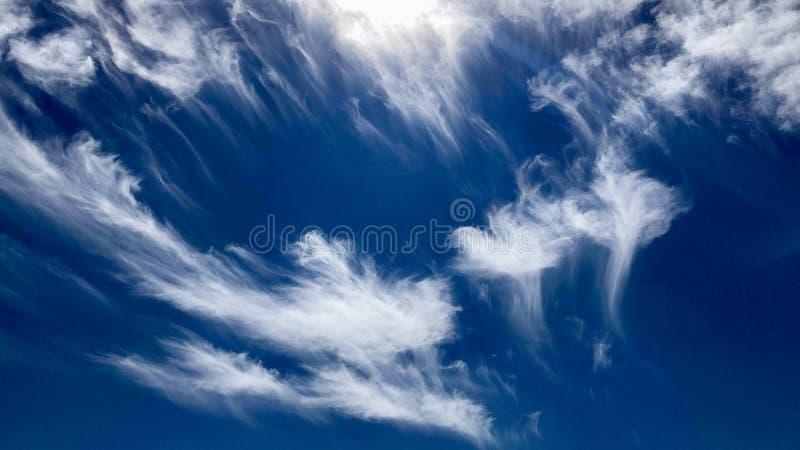 Cielo blu ed il nuvoloso stupefacente fotografie stock libere da diritti