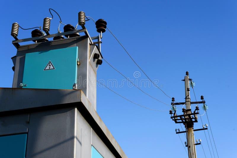 Cielo blu elettrico del pilone e della sottostazione fotografia stock
