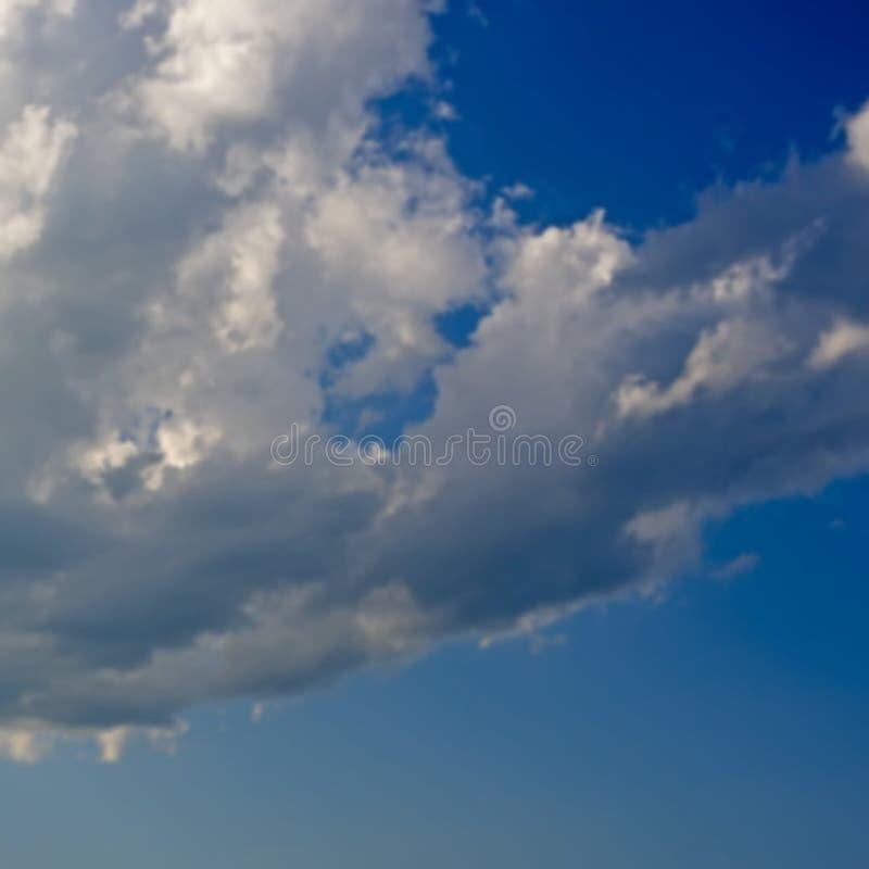 Cielo blu naturale e nuvole dello sfondo naturale di Defocus immagini stock libere da diritti